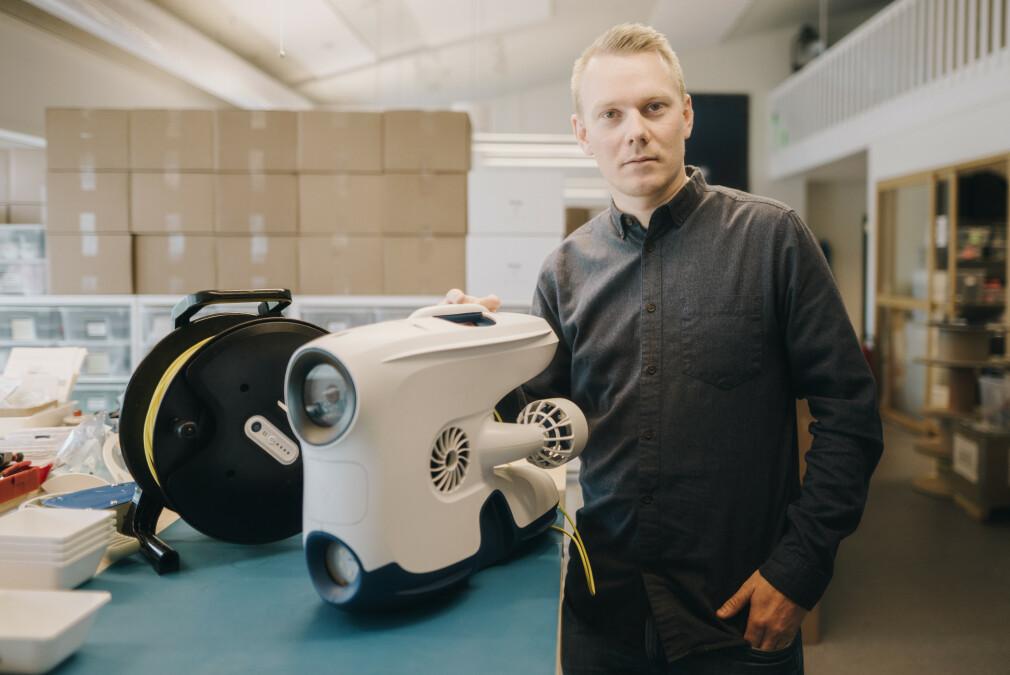 CTO Jonas Follesø med dronen Blueye Pioneer. Den utvikles i Norge, og kan dykke til 150 meters dyp mens den sender video til brukeren. 📸: Marit Røkenes / Blueye Robotics