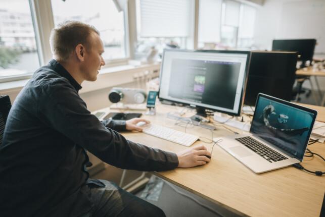 Jonas Follesø er del av et teknisk team på 14, hvorav syv er utviklere. Selv har han jobbet mest med mobilappen, men bidrar også på tvers av stacken. 📸: Marit Røkenes / Blueye Robotics
