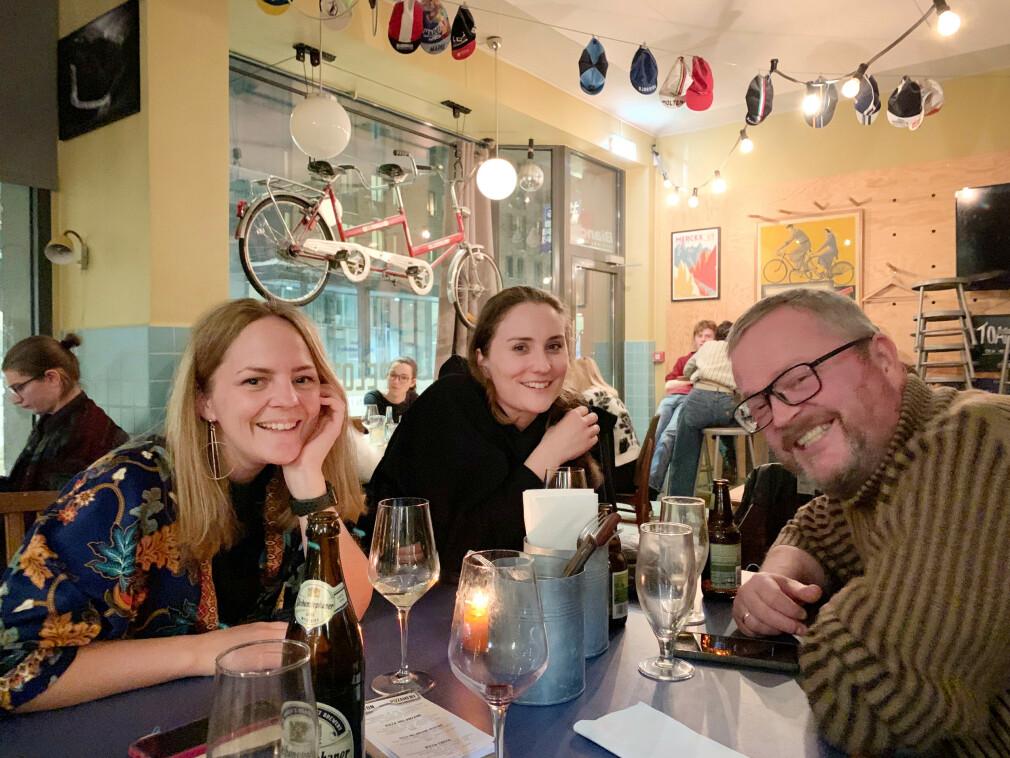 Nina Sletten, Ragnhild Byrkjeland og Yngvar Johnsen i Blank spiser pizza. Pizzabot inviterte dem. 📸: Privat