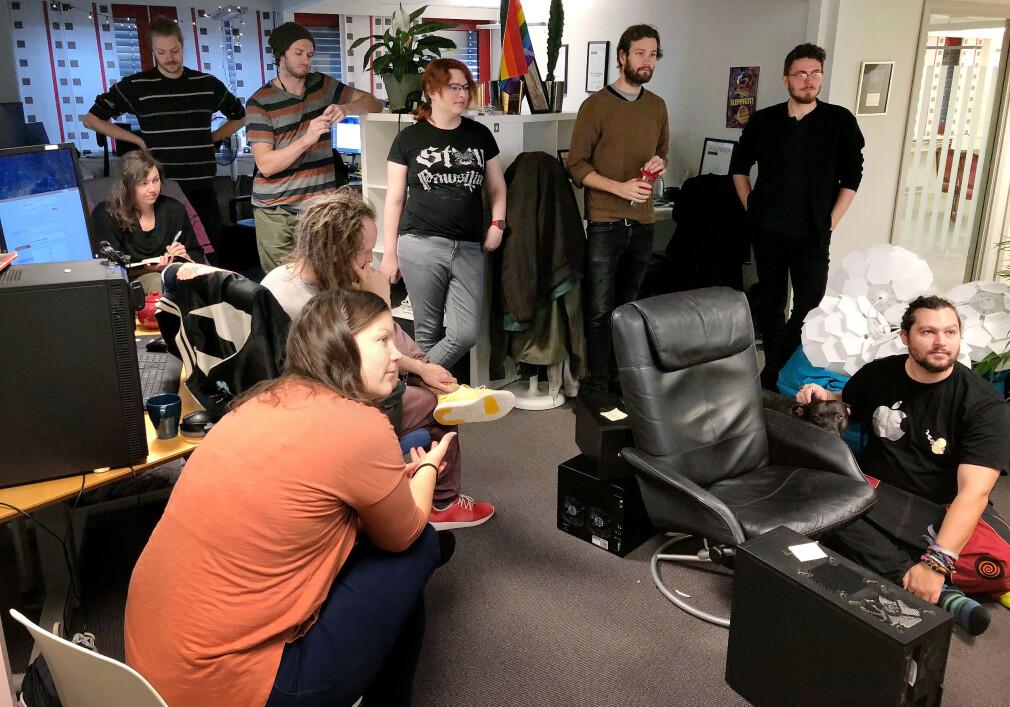 Krillbite Studio under et morgenmøte i kontorene sine i Oslo. De har elleve faste ansatte, og starta som et eksamensprosjekt på Høyskolen i Hedmark med spillet Among the Sleep. Nå lager utviklerne Mosaic. 📸: Privat