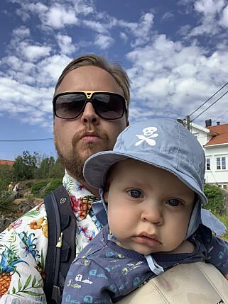 Kristofer Giltvedt Selbekk merker at barn nødvendigvis fører til mindre fritid, men foreløpig har han klart å presse inn fag i de ledige stundene han har. 📸: Privat