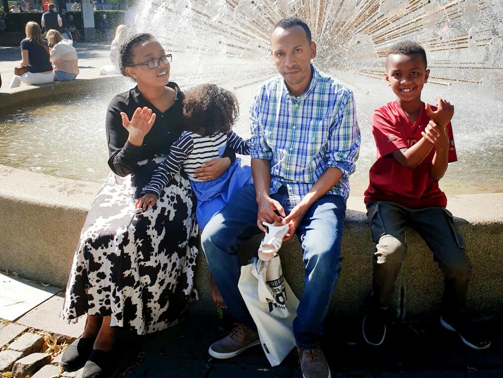 Haimanot Tekie, her med sine to barn og mann, jobber som utvikler i FINN. Hun innrømmer at det er krevende å holde seg faglig oppdatert. 📸: Privat