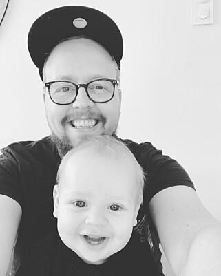 Kristofer Gilvedt Selbekk i Bekk sammen med sitt nye familiemedlem. 📸: Privat