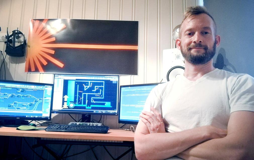 Benedikt Örn Hjaltason studerer spillteknologi på Høgskolen Innlandet, Campus Hamar. Her sitter han hjemme og jobber med spillet sitt. 📸: Privat