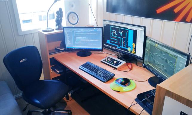 Her, på hjemmekontoret, sitter Benedikt Örn Hjaltason og jobber med spillet sitt Spheroid X Zero-G Platformer. 📸: Privat