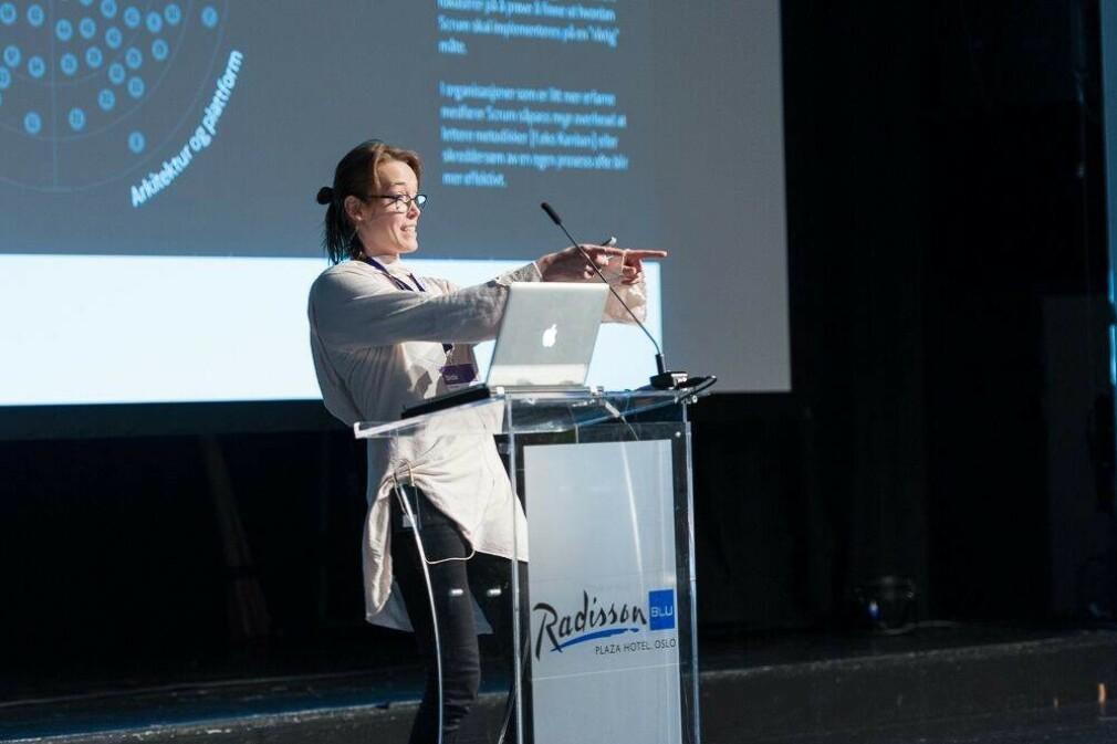 """""""Det krever mye fritid å sette sammen gode foredrag. Men det er noe jeg føler jeg får til, også vet jeg at det har mye å si at folk ser at kvinner faktisk driver med og ikke minst trives med teknologi"""" forteller Christin Gorman i Kodemaker. 📸: Privat"""