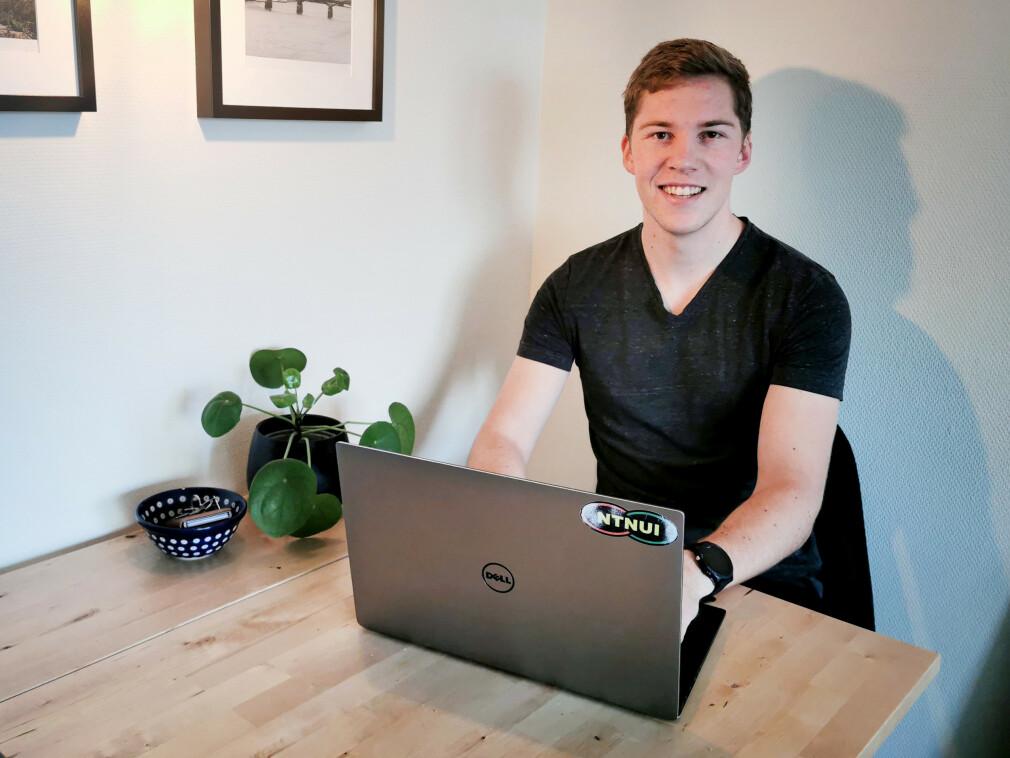 """""""Jeg trives godt i rolige omgivelser, og trenger ikke mer enn en PC"""" forteller NTNU-studenten Anders Granås. 📸: Privat"""