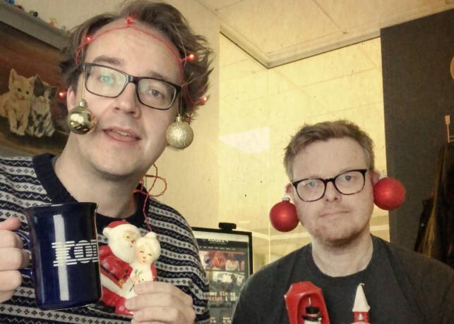 Kan dette være det en nettavis skal gjøre? Ta julekuler i øra og legge ut bilder av det? Ja, det kan det, faktisk. Det bestemmer vi helt selv. Og dette har større effekt om du skal promotere en julekalender enn en skjermdump. 📸: Ole Petter Baugerød Stokke