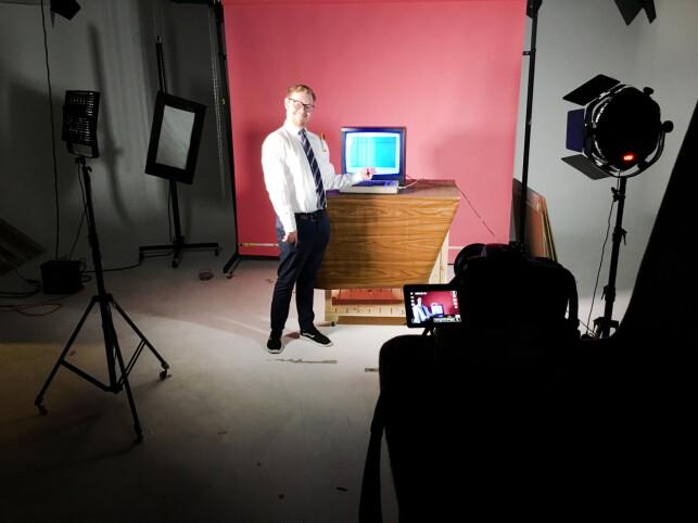 En eeeksklusiv titt bak scenene da vi tok kode24-bildene vi har brukt altfor mye siden den gang. Det du ikke ser er at kameraet står oppå et par ruller med tørkepapir, fordi vi aldri tør å be andre ta bilder av oss. 📸: Ole Petter Baugerød Stokke