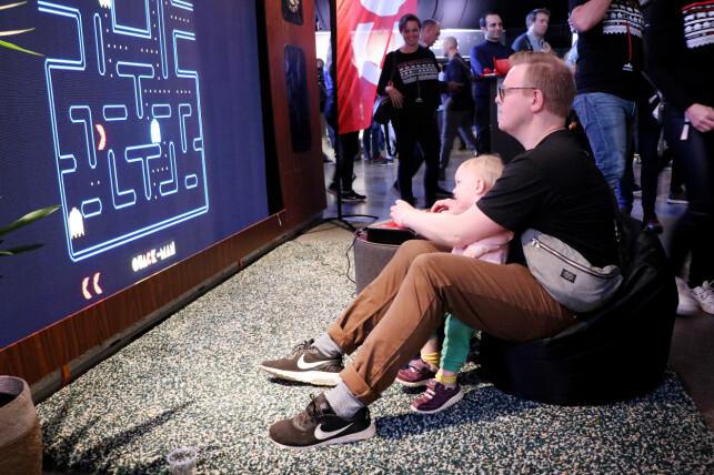CGI sin stand på JavaZone 2019. De hadde en Switch med en arkadekontroller og et spill og en storskjerm. Midt på treet. 📸: Ole Petter Baugerød Stokke