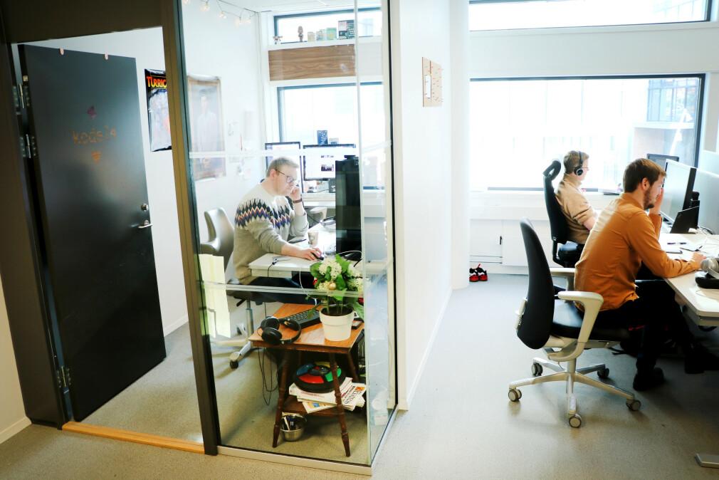 Dette var det første kontoret kode24 satt i. Det var en trang boks, rett bortenfor alle utviklerne på huset. Samtidig som vi alltid har forsøkt å være tett på leserne våre, lurer vi veldig på hva dere egentlig synes etter det første året vårt! 📸: Ole Petter Baugerød Stokke