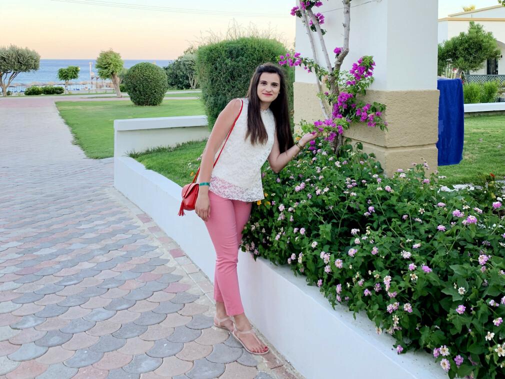 Mairi Statha koder backend-en til pantemaskiner i Tomra. På fritida liker hun å reise; her fra en tur til Rhodos i sommer. 📸: Privat
