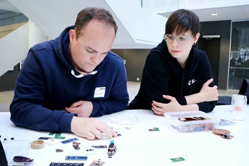 Marius Heier og Vilje Bech starter selskapet Contrary IO. De skal selge IoT-byggesett som gjør det enklere å lage dine egne dingser, med mer koding, og mindre mekking. 📸: Ole Petter Baugerød Stokke