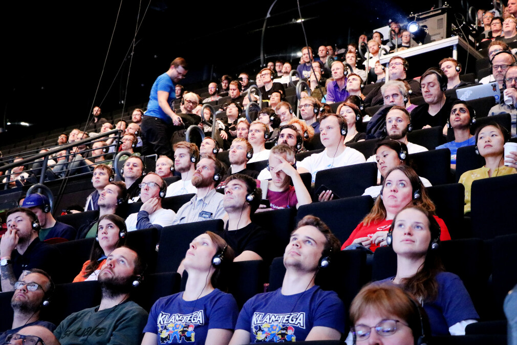 Utviklere på årets JavaZone-konferanse. Å tilegne seg kunnskap og bruke den på både fritid og jobb er noe mange utviklere setter pris på, men kan arbeidsgiveren din kreve å få hobbyprosjektene dine? 📸: Ole Petter Baugerød Stokke