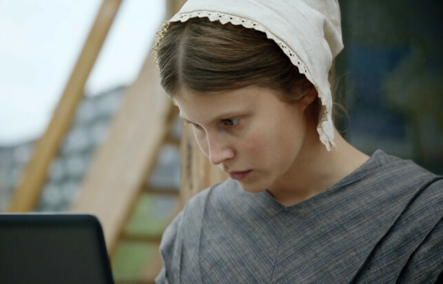Dette er Beforeigners-karakteren Ada, spilt av Eili Harboe. Hun er en rimelig flink hacker, med bare en minnepinne, helt uten temproxat. 📸: Skjermdump fra HBO Nordic