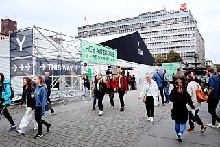 Y-konferansen foregikk blant annet i dette teltet på Youngstorget og i Netlifes lokaler rett ved siden av - hvor track-en vi hørte på var. 📸: Ole Petter Baugerød Stokke