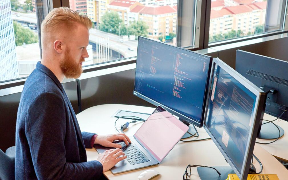 Halvor William Sanden jobber som senior systemutvikler på Mybrings frontend-team. 📸: Privat