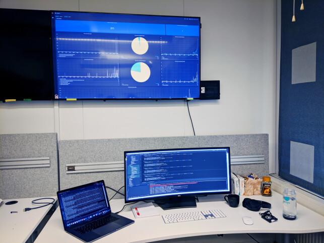 Tia Firing sitter for tida hos Nav, på denne pulten, hvor hun også følger med på systemene ute i produksjon. 📸: Privat