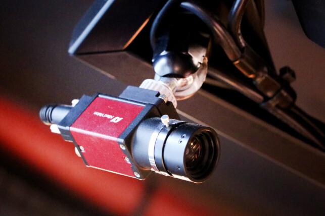 Her er ett av kameraene som fanger opp dartskivene på Oche. I framtida håper Shako Farhad å skrive om løsningen til noe mer intelligent, som kanskje vil gjøre tre kameraer overflødig. 📸: Ole Petter Baugerød Stokke