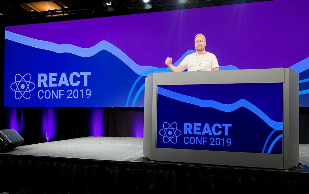 """""""Jeg snek meg en tur opp på scena jeg også. Neste gang håper jeg det er for å holde en talk. 😅"""" skriver Kristofer Giltvedt Selbekk fra React Conf 2019. 📸: Privat"""