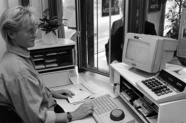 """""""Postverket inn i data-alderen. Synnøve Stokke Gunby ved Vaterland Postkontor i arbeid ved en av de nye dataskrankene som Postverket har installert. Prøvedrift av systemet har pågått siden sommeren 1986. Datamaskin fra Nixdorf."""" 📸: Per Løchen / NTB Scanpix"""