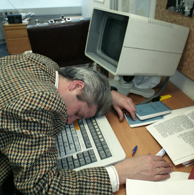"""""""CFS / Chronic fatigue syndrome eller på norsk Kronisk tretthetssyndrom. Sykdommen kalles også Myalgisk encefalopati (ME) og Jappesyke. Sykdommen gir seg ofte utslag i ekstrem tretthetsfølelse, konsentrasjonsvansker og humørsvingninger. Her en mann som sover over tastaturet på datamaskinen."""" 📸: Eystein Hanssen / NTB Scanpix"""