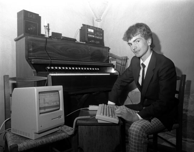 """""""Data-alderen har nådd kirken. Da det 700 år gamle Nonnesæter Kapell plutselig sto uten organist, var gode råd dyre, men den 15 år gamle prestesønnen Ingvald Straume programmerte salmene til gudstjenesten på datamaskinen sin, og dermed var organistproblemet løst. Her Straume med datamaskinen og orgelet i bakgrunnen."""" 📸: Torolf Engen / NTB Scanpix"""