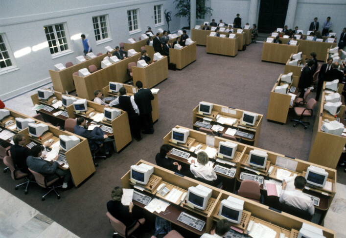 """""""Data-alderen har nådd Oslo Børs. Første dag med kjøp og salg av aksjer via datamaskiner på Oslo Børs. Oversiktsbilde av atriumet med datamaskiner og mennesker i arbeid."""" 📸: Bjørn Sigurdsøn / NTB Scanpix"""