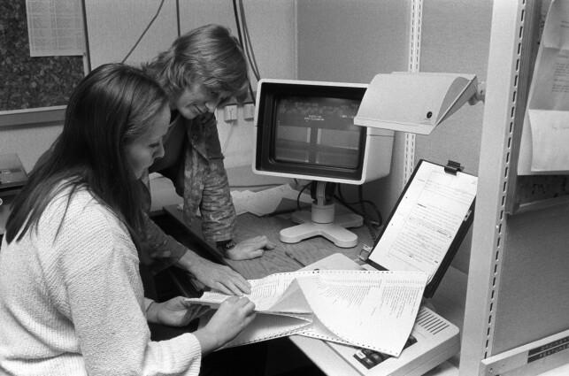 """""""Ny datateknologi har gjort det mulig for kvinner å flytte arbeidsplassen hjem og jobbe hjemmefra. Men dette er ingen snarvei til et bedre liv, sier forsker Merete Lie (bakerst). Her sammen med en kvinne ved en datamaskin / PC"""". 📸: Erik Thorberg / NTB Scanpix"""