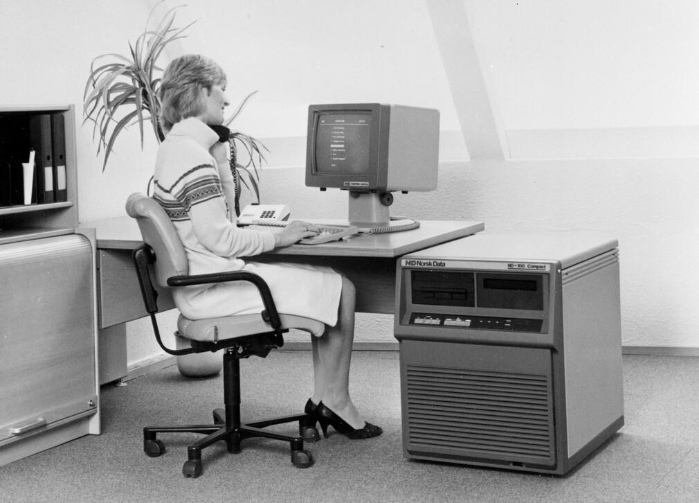 """""""Dataterminal fra Norsk Data. Kvinne i arbeid"""" skriver NTB Scanpix om dette bildet. Den digre maskinen heter ND-100 Compact, noe ironisk med 2019-briller, men så er også dette bildet fra 1984. 📸: NTB SCANPIX"""