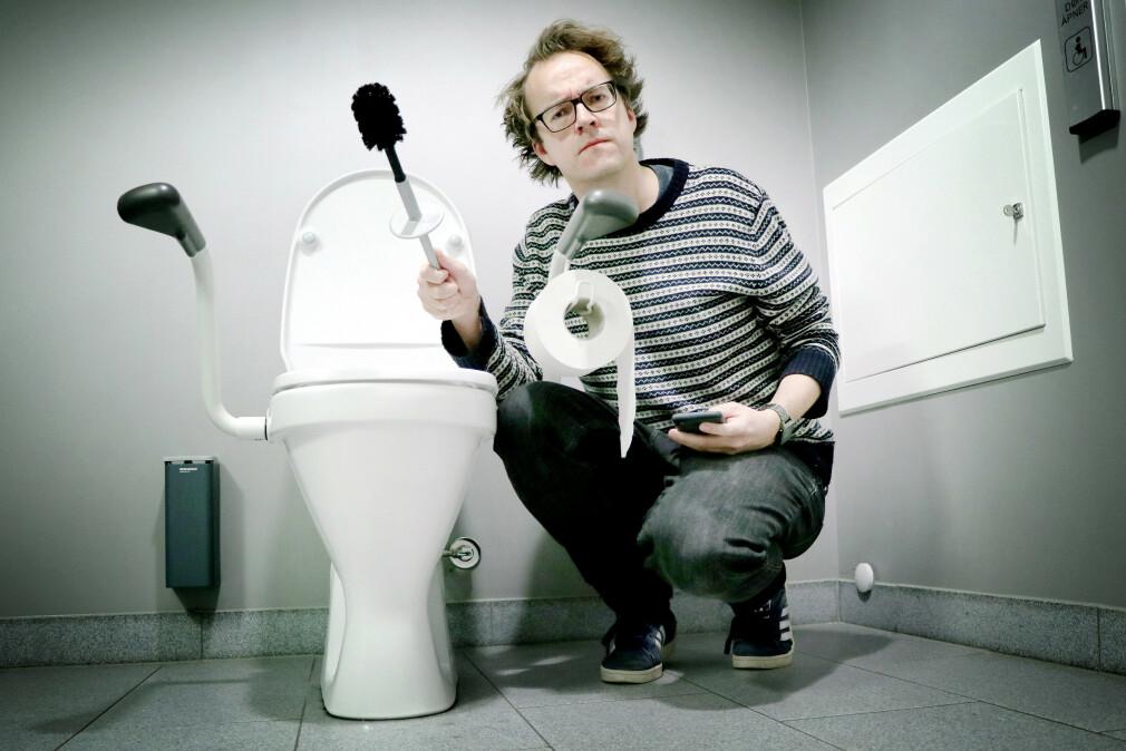 Her har jeg stengt meg inne på handicap-dossen på jobb for å ta bilde av meg selv. Ikke min karrieres høydepunkt. Uansett, her viser jeg altså fram en døbørste, som jeg håper flere får opp øya for. Men det er bare én av mine 10 gyldne doregler. 📸: Ole Petter Baugerød Stokke