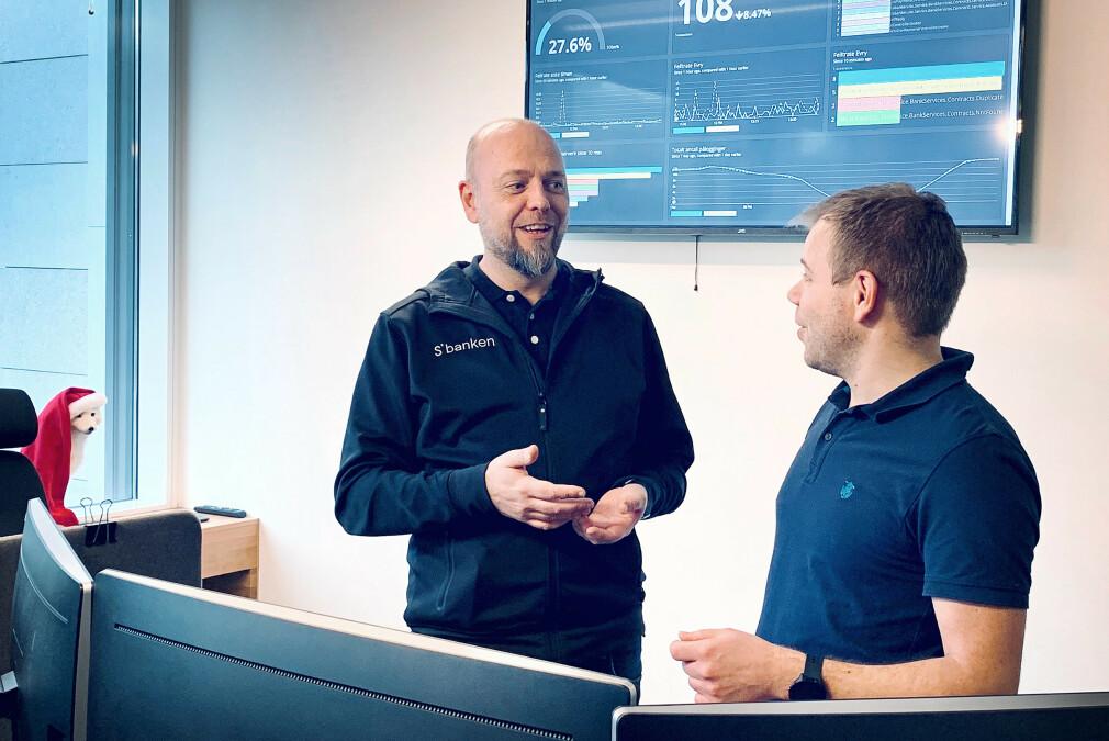 Arkitekt John-Arne Fagerli sammen med systemansvarlig Jarle Scheie i Sbanken. Banken har rundt 60 utviklere som sitter i Bergen. 📸: Privat