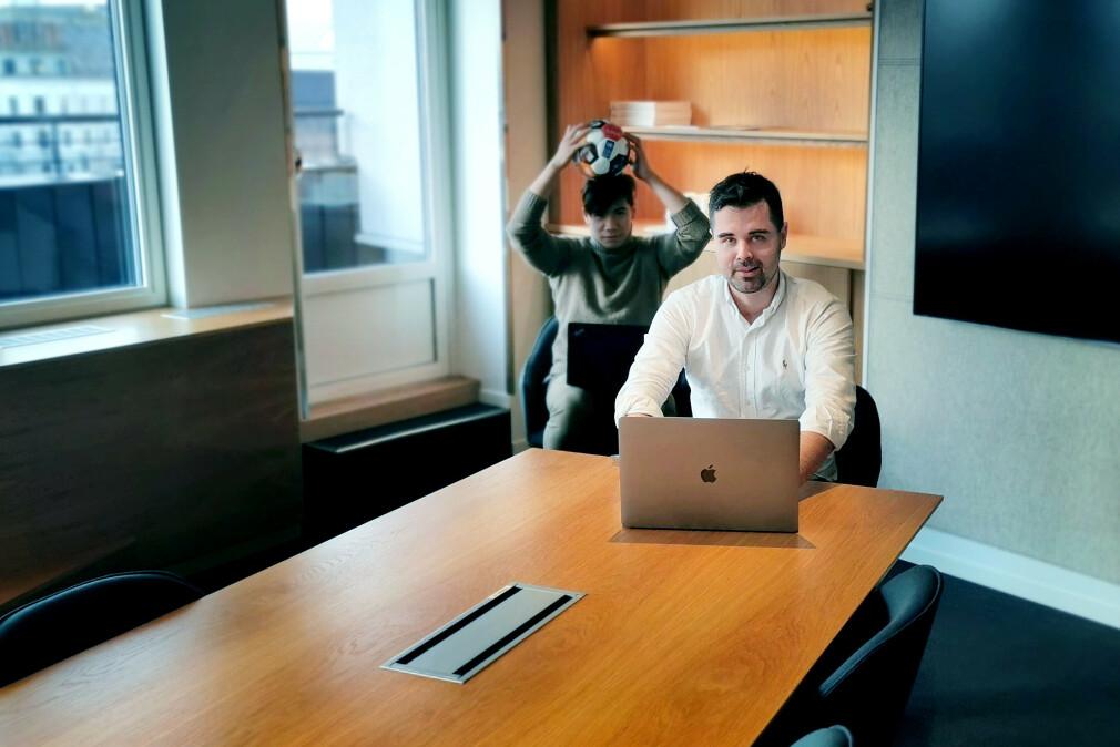"""""""Jeg syns det er sykt gøy å jobbe med kollegene mine hos Ruter,  vi har det moro og ler mye sammen"""" forteller Ukas Koder, seniorkonsulent Kristoffer Rene Eckhoff i Dfind Consulting, nå på oppdrag hos Ruter i Oslo. 📸: Privat"""