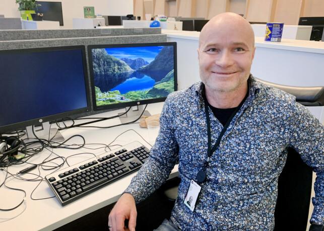 Utvikler og teknisk arkitekt Emil Urnes, her på pulten sin hos Skatteetaten. 📸: Privat