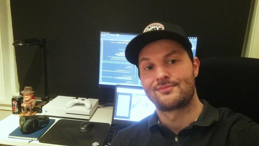 Abobakr Dyani driver webutvikler-firma på dagtid, og koder Unity-spill på kveldstid. 📸: Privat