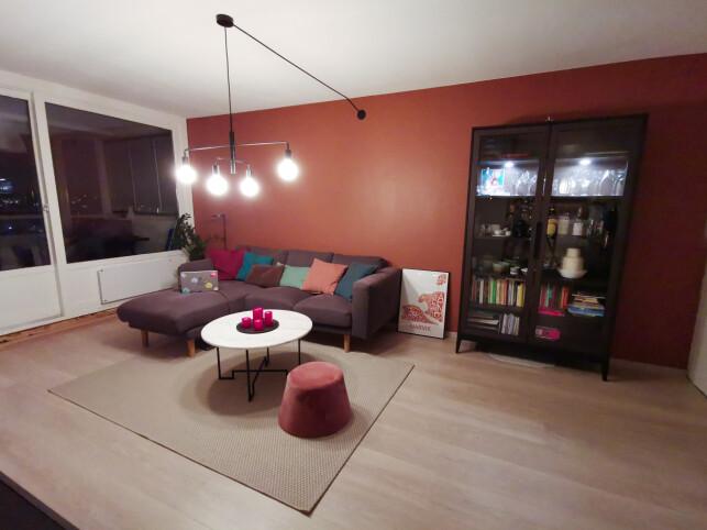 - Sofaen jeg som oftest jobber fra, forteller studenten Ingrid-Alice Bløtekjær på Høyskolen Kristiania. 📸: Privat