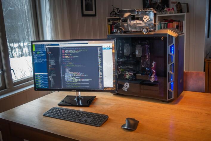 """Arbeidsmaskinen til Bjørn Jarle har kallenavnet """"Frankenstein"""". Det skal være den kjappeste maskinen i huset med 12 kjerner fordelt på to Xeon 5675 fra 2011, Grafikkort og minnebrikker er hentet ut av kasserte PCer fra Gol returstasjon. Frankenstein kjører Linux Mint. 📸: Privat"""