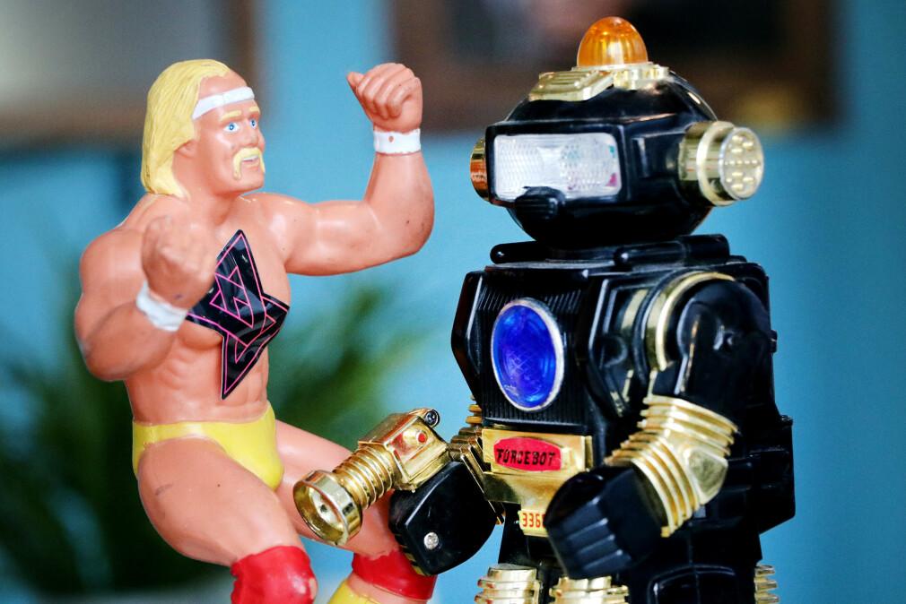 kode24, her representert som Hulk Hogan med klistremerke på brystet, prøvde å leve en dag med Google Assistant, her representert som en dum robot med blålys på hodet. 📸: Ole Petter Baugerød Stokke