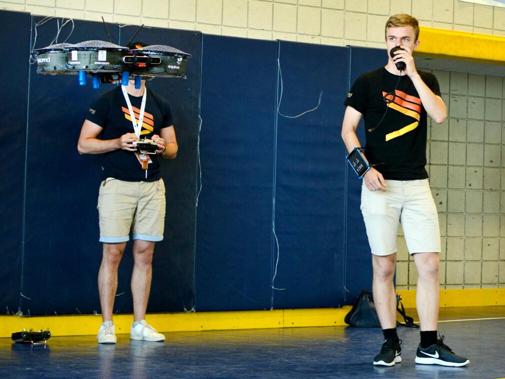 Medlemmer av Ascend NTNU programmerer autonome droner som styrer seg selv, og av og til tar i mot beskjeder gjennom tale. 📸: Ascend NTNU