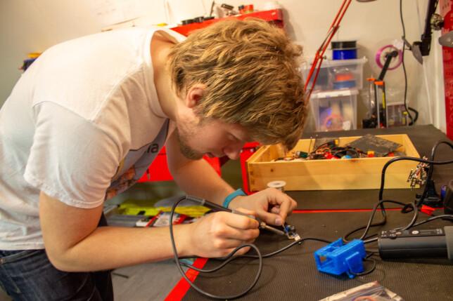 Elias Bergquist i Ascend NTNU må mekke både selve konstruksjonen og elektronikken. 📸: Ascend NTNU
