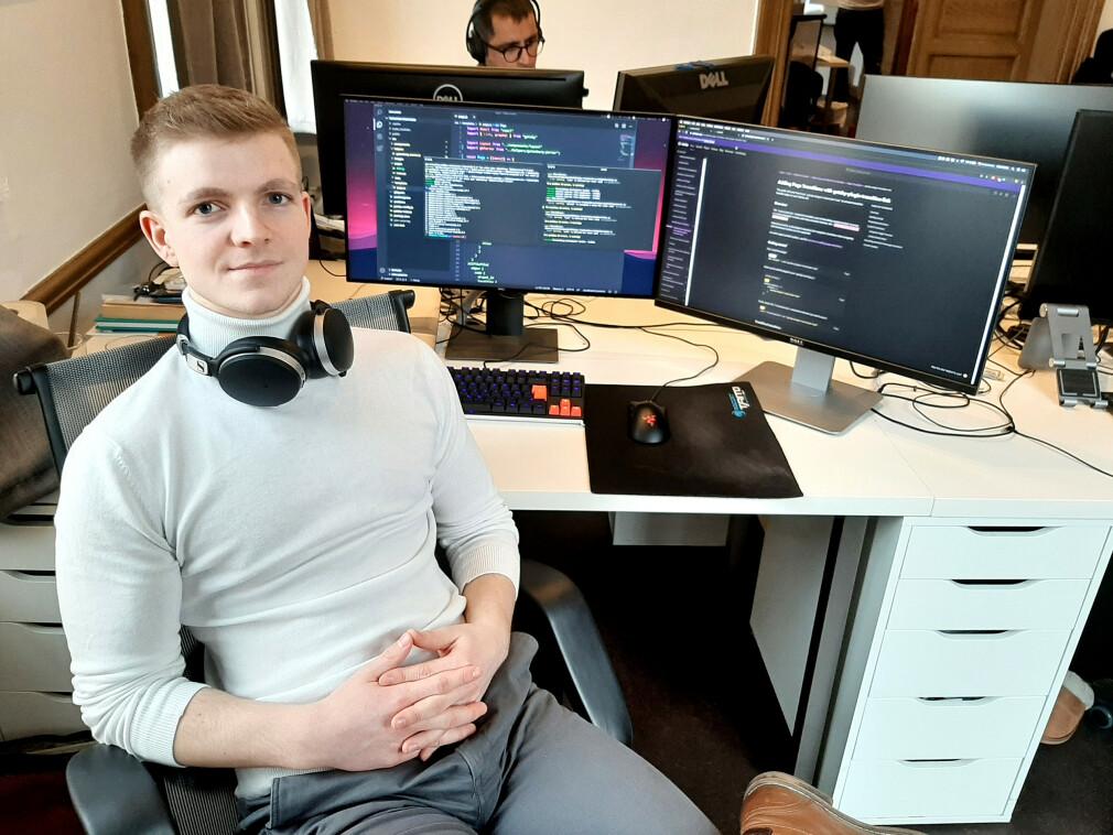 Sondre Bye Humberset på plass som utvikler hos Frontkom i Fredrikstad - med kunnskap han har lært seg selv. 📸: Privat