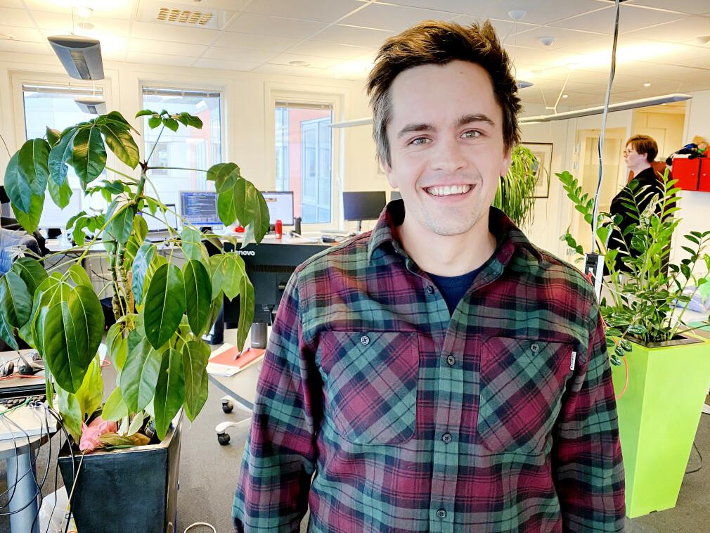 Bjørn Fjukstad utvikler helsesystemene til DIPS, på deres kontorer i Bodø. 📸: Privat