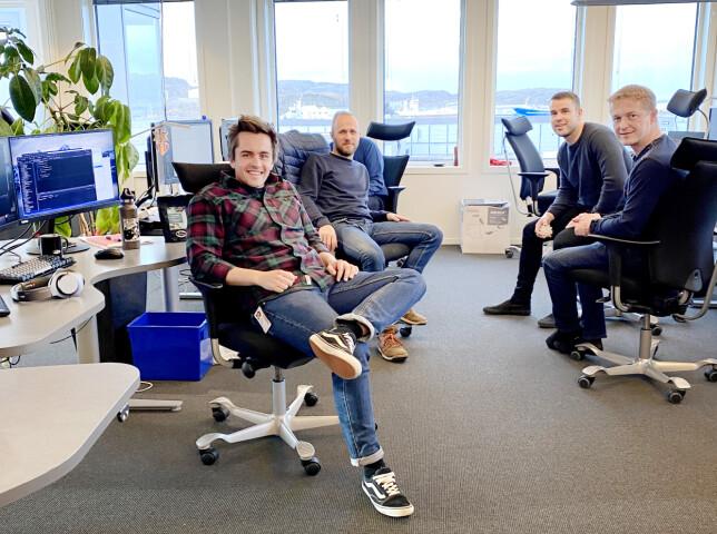 Systemutvikler Bjørn Fjukstad sammen med noen av kollegene sine i DIPS. 📸: Privat