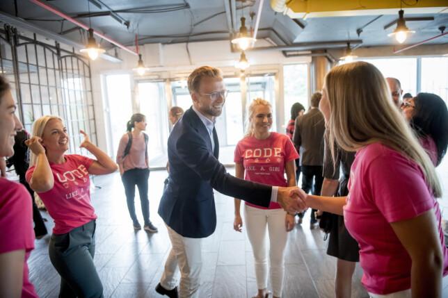 Daværende digitaliseringsminister Nikolai Astrup med TENK-grunnlegger Isabelle Ringnes på fjorårets TENK Tech Camp. 📸: TENK