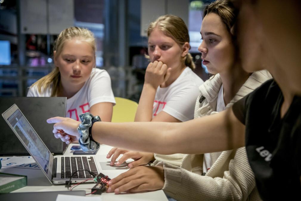 Deltakere på fjorårets TENK Tech Camp Oslo blokkprogrammerer på Teknisk Museum. 📸: TENK