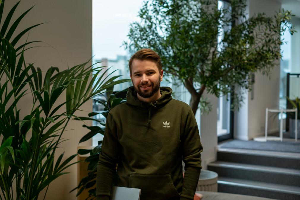 Tobias Moe Thorstensen i Knowit forteller hvordan de klarte å bryte ned tjenesten sin i mikrotjenester, utover i prosessen. 📸: Privat