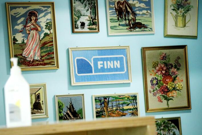 I resepsjonsområdet til Finn finnes allslags rare gjenstander fra Finn-torget. Slik som disse broderiene. Selve broderiet av Finn-logoen er visstnok sendt inn av en fan. 📸: Ole Petter Baugerød Stokke