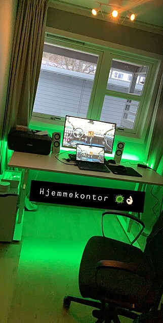 """""""Kjører en ny farge hver dag, med Phillips Hue Lightstrip bak pulten, for gøy"""" forteller Stian Walgermo. 📸: Privat"""