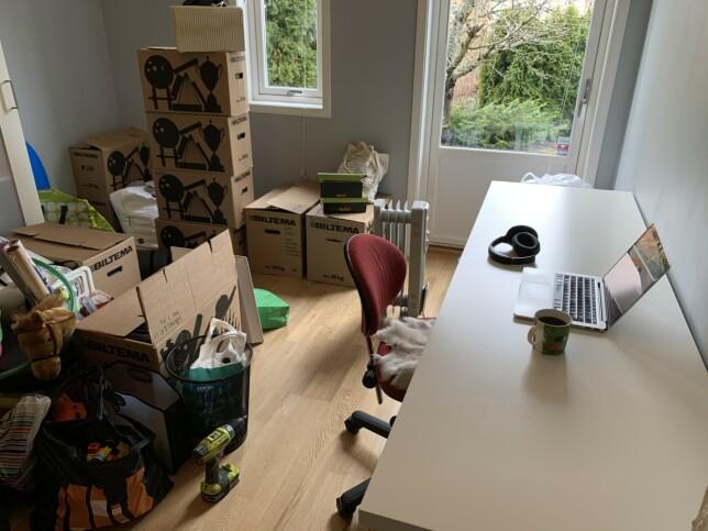 - Vi har nettopp flytta, så huset er fullt av halvveis utpakkede esker, forteller Christian Johansen i Kodemaker om hjemmekontoret. Altså i tillegg til to barn og en hund. 📸: Privat