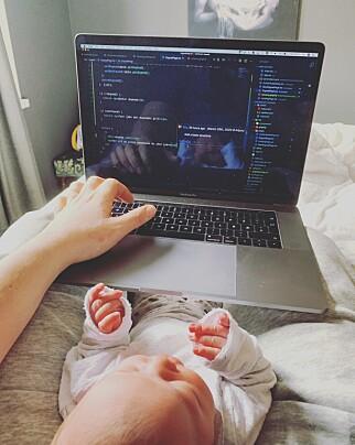 - Her er et bilde fra da jeg satt og koda på Sjau med min nyfødte Sonja Marie på fanget, skriver Kristofer Giltvedt Selbekk. 📸: Privat